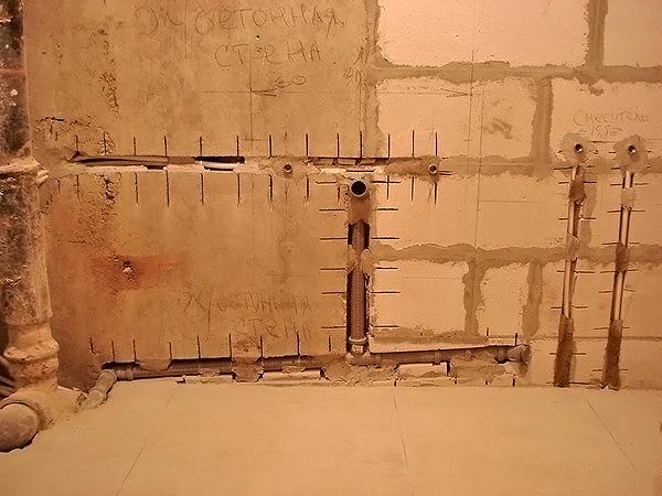 Как убрать канализационные трубы в стену?
