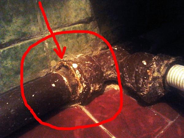 Что делать, если протекает канализационная труба в доме?